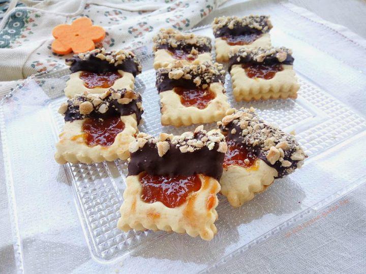 Biscotti ripieni di marmellata con cioccolato