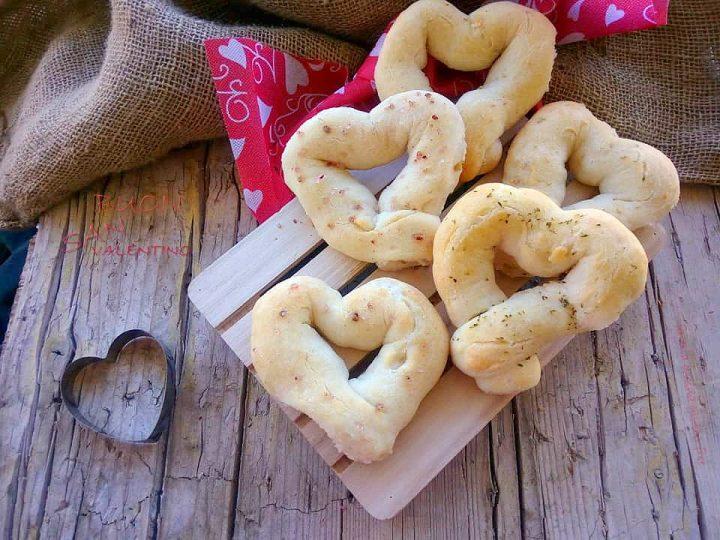 cuori di pane senza glutine con sale ai lamponi e origano