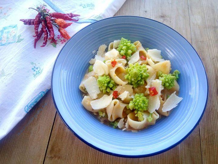 Un primo piatto della tradizione rivisitato in versione moderna il minestrone con broccoli romani e caciocavallo in scaglie