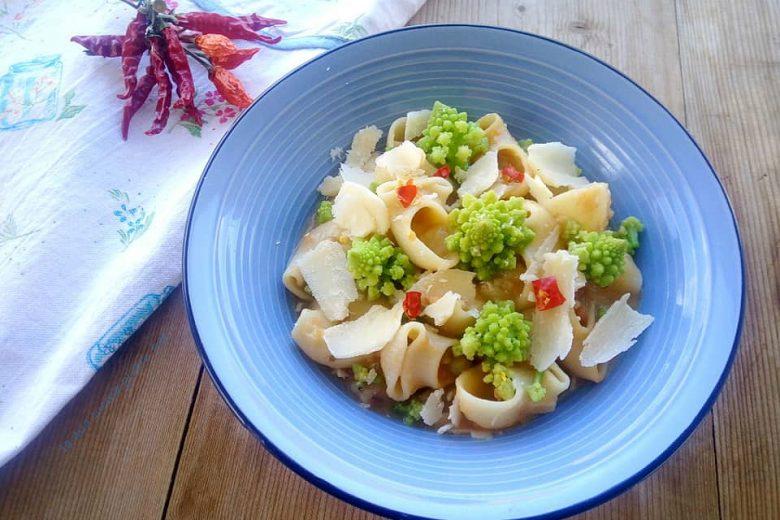 Minestrone con broccoli romani e caciocavallo