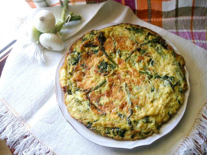 frittata di asparagi cipolle e strigoli o broccoli di montagna