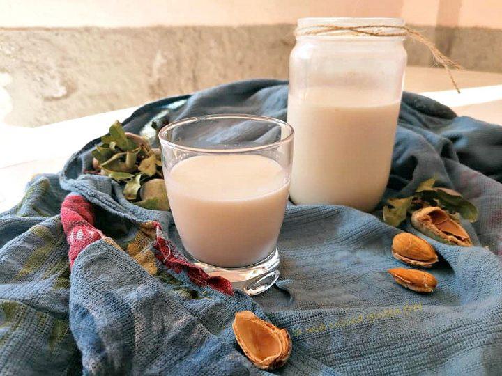 latte di mandorle fatto in casa con mandorle