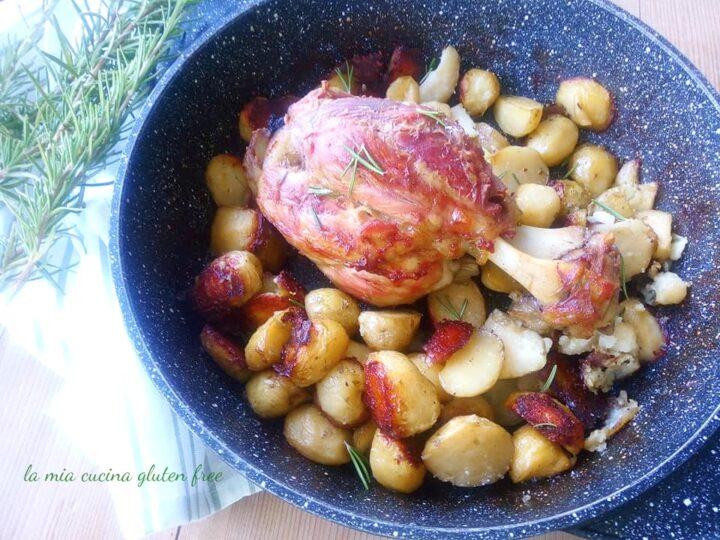 Stinco di maiale al forno con patate al rosmarino
