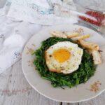 uovo a occhio di bue o uovo al tegamino con broccoli saltati