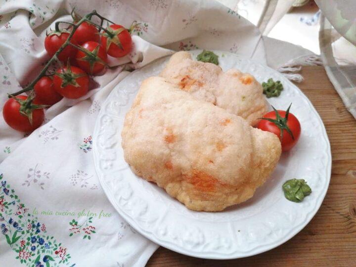 panzerotti fritti senza glutine con pomodoro e mozzarella e crema di basilico