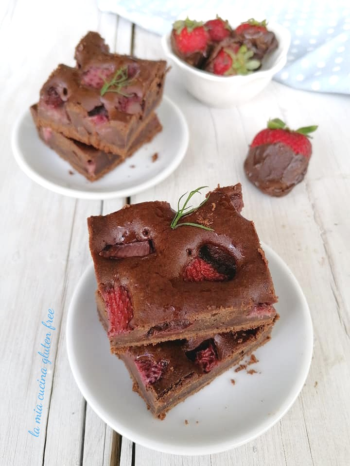brownies al cioccolato con fragole senza glutine e fragole