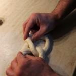 fissare le due punte del salsicciotto con una leggera pressione delle dita, come nella figura