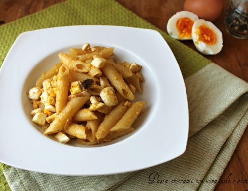 Pasta croccante con uova sode e acciughe