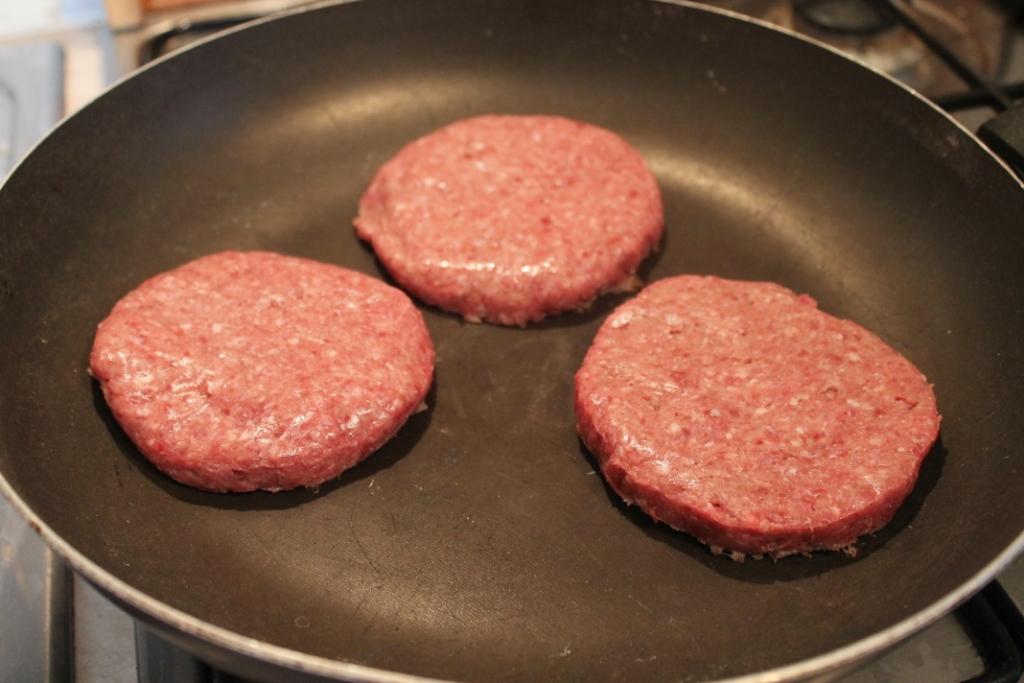 cuocere gli hamburger al sangue perch termineranno la cottura in forno e tenerli in caldo