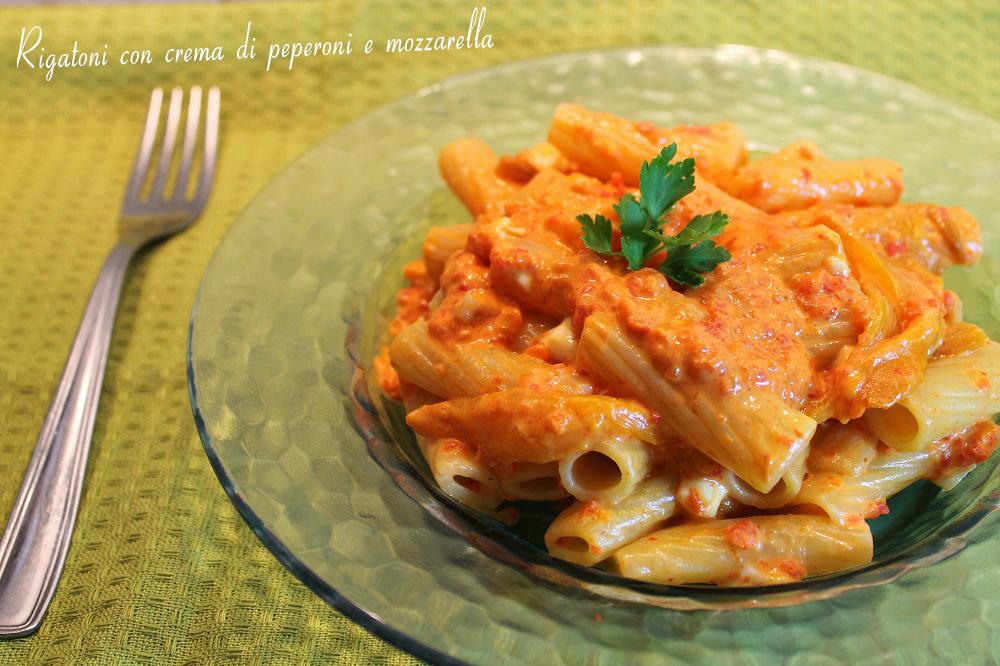 Rigatoni con crema di peperoni e mozzarella