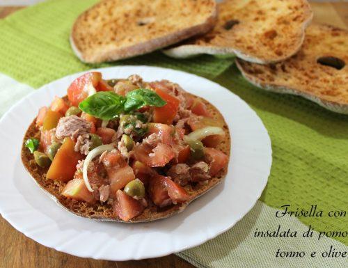 Frisella con insalata di pomodori, tonno e olive