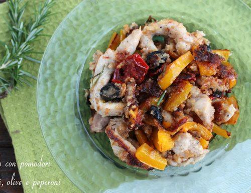 Pollo con pomodori secchi, olive e peperoni