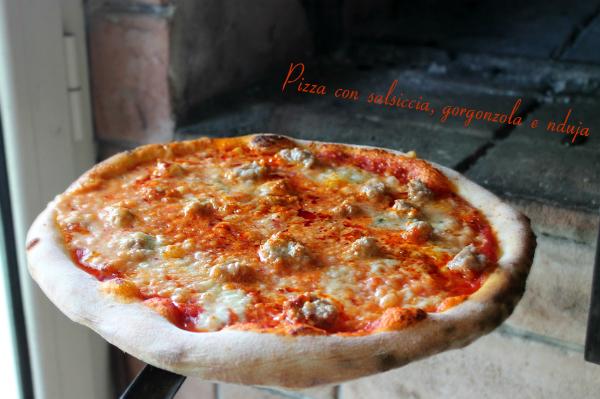 Pizza con salsiccia, gorgonzola e nduja