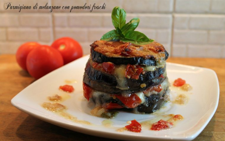 Parmigiana di melanzane con pomodori freschi