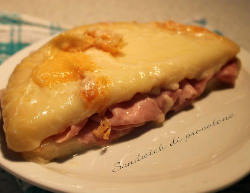 Sandwich di provolone e cotto