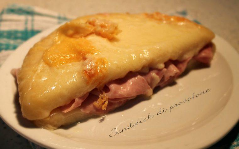 Sandwich di provolone e cotto