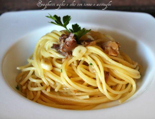 Spaghetti aglio e olio con tonno e acciughe