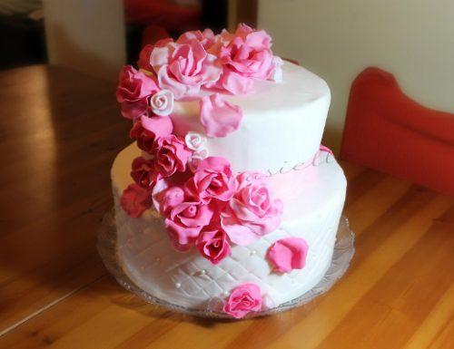 Torta rose rosa in pasta di zucchero