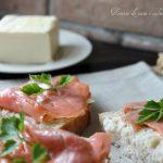 Tartine saporite di pane e salmone affumicato