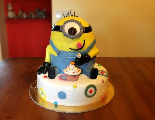 Torta Minion decorata con pasta di zucchero
