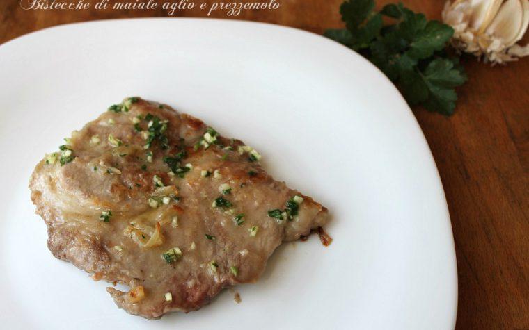 Bistecche di maiale saporite aglio e prezzemolo