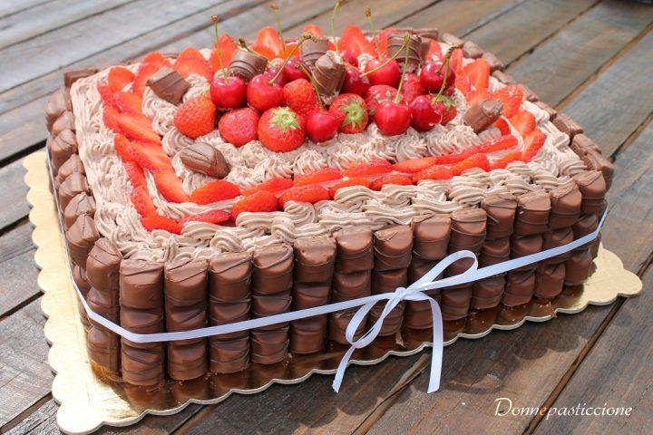 Torta al cioccolato con fragole, ciliegie e Kinder Bueno