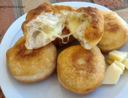 Pizzette fritte morbide ripiene di formaggio