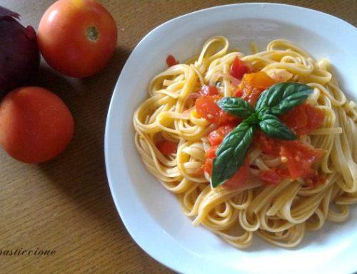 Spaghetti con pomodoro fresco e cipolla
