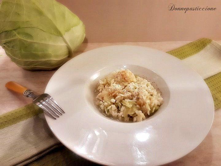 riso con verza e pezzi di formaggio