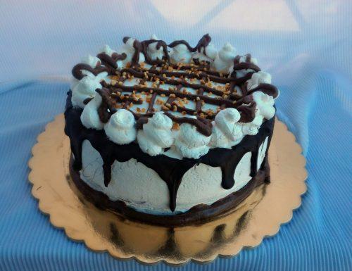 Drip cake al cioccolato farcita con crema alla Nutella