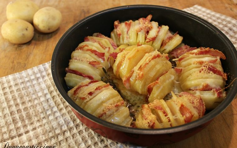Patate a fisarmonica con formaggio e pancetta