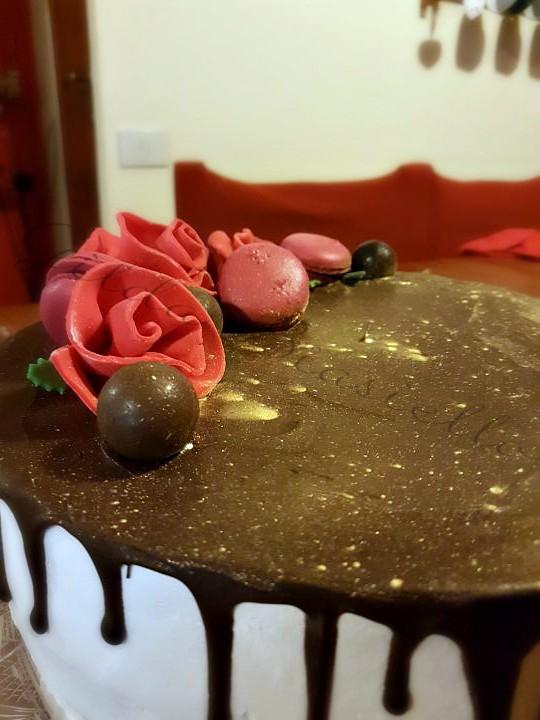 drip cake con rose rosse