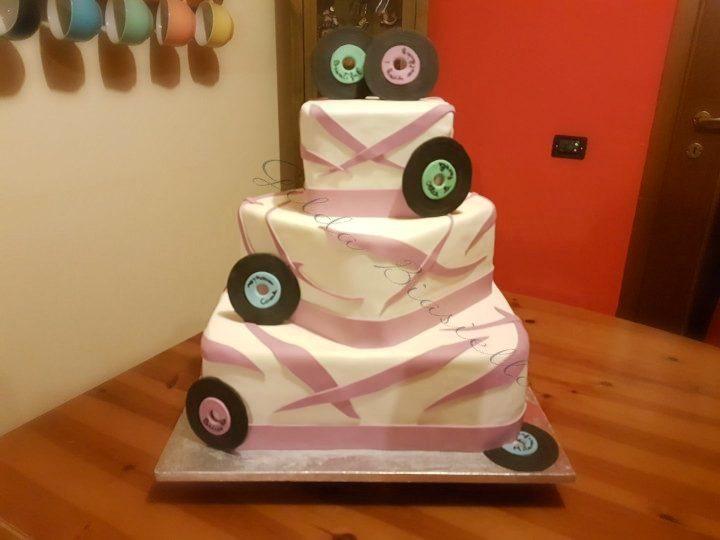 torta lilla e bianca a tema musica