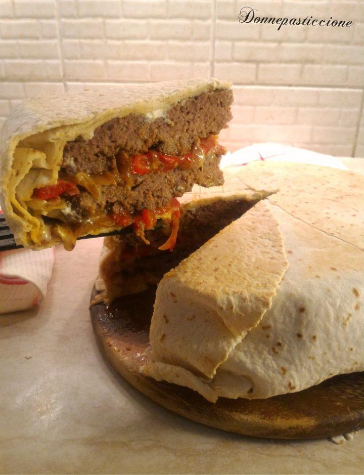 mega hamburger in crosta di tortillas