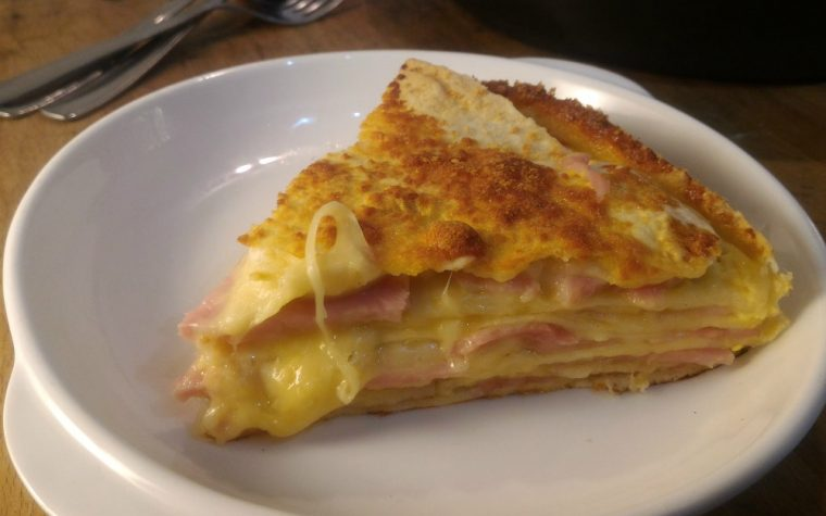 Torta salata di piadine con cotto e formaggio fuso