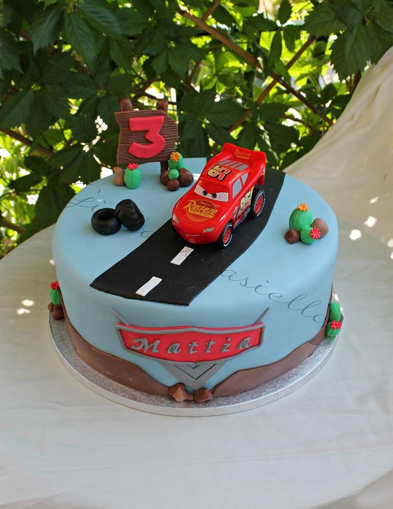 torta Cars in pasta di zucchero a un piano
