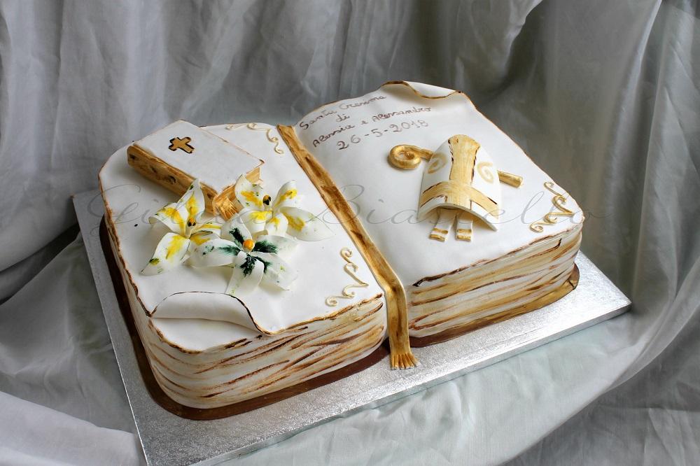 torta a forma di libro per la Santa Cresima