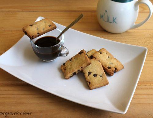 Biscotti di pasta frolla e gocce di cioccolato fondente