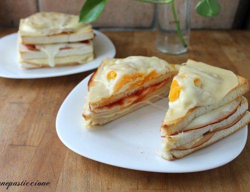 Sandwich con salumi e formaggio con uovo all'occhio di bue