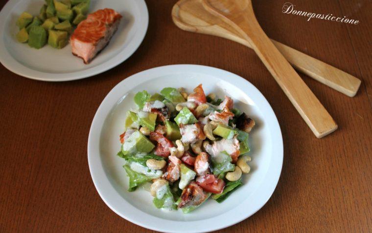 Insalata di avocado, salmone e anacardi allo yogurt