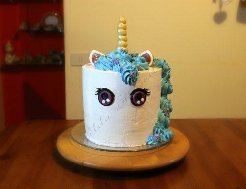 Torta unicorno decorata con panna e pasta di zucchero