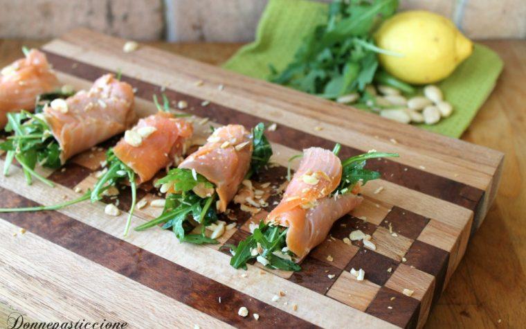 Involtini di salmone affumicato, rucola e mandorle