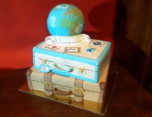 Torta tema viaggio con valigie e mondo