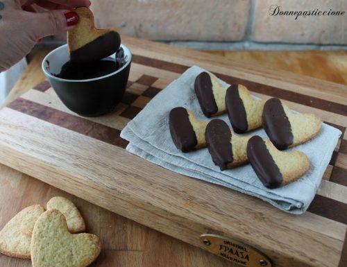 Cuori di pasta frolla ricoperti di cioccolato