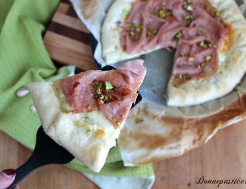 Pizza rustica mortadella e pistacchi con cornicione ripieno