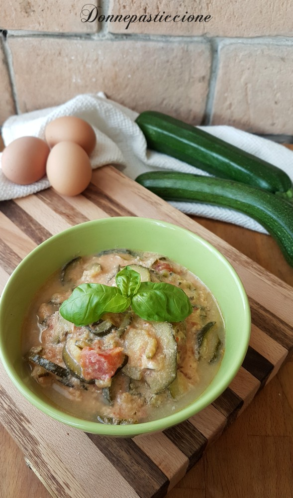 zuppetta di zucchine con uovo strapazzato
