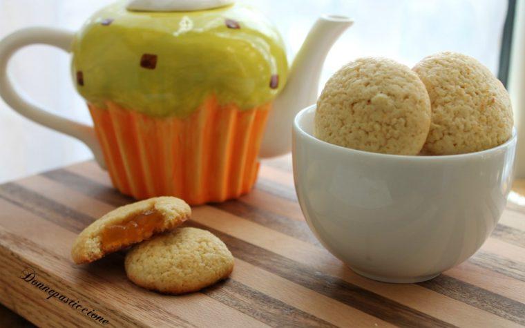 Biscotti ripieni di marmellata di albicocche