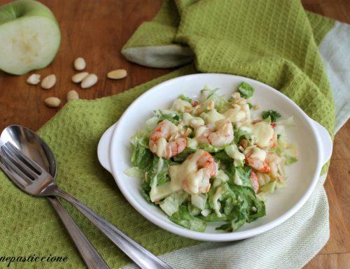 Insalata speziata di gamberi, lattuga e mela verde