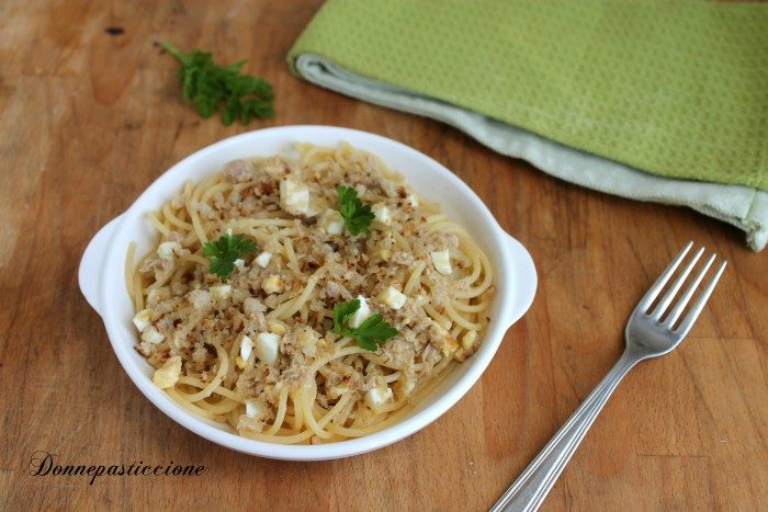 Spaghetti con tonno, uova e pane croccante