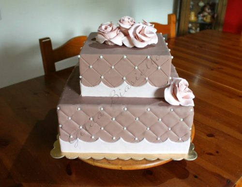 Torta trapuntata con rose in pasta di zucchero